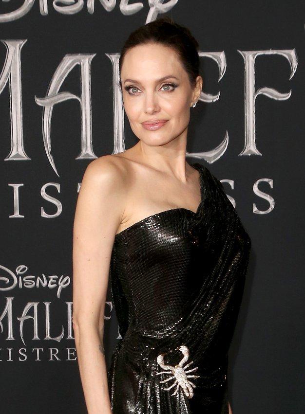 Angelina Jolie nas je navdušila s čudovito svetlečo obleko - Foto: Profimedia