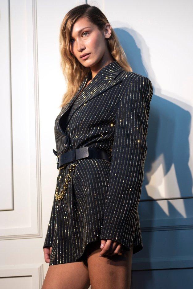Bella Hadid tudi v jeseni prisega na trendne čevlje iz 90-ih - Foto: Profimedia