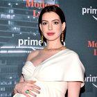 Anne Hathaway je v čudovitem belem stajlingu pokazala nosečniški trebušček