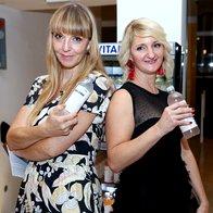 Petra in Mojca iz uredništva Elle sta energijo ohranjali s funkcijsko vodo Vitamin Well (foto: Helena Kermelj)