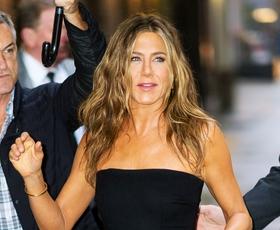 Jennifer Aniston je zopet oblekla malo črno obleko