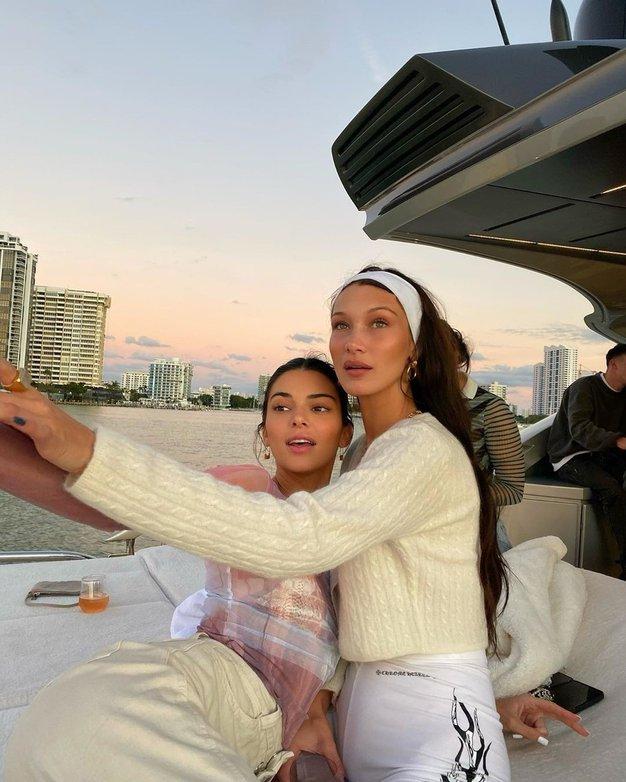 Ob pogledu na kopalke Belle Hadid in Kendall Jenner si boste zaželeli poletja - Foto: Profimedia