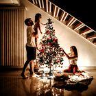 Decembrski prazniki: prisiljena sreča in prisila povezanosti (kolumna Maje Megla)