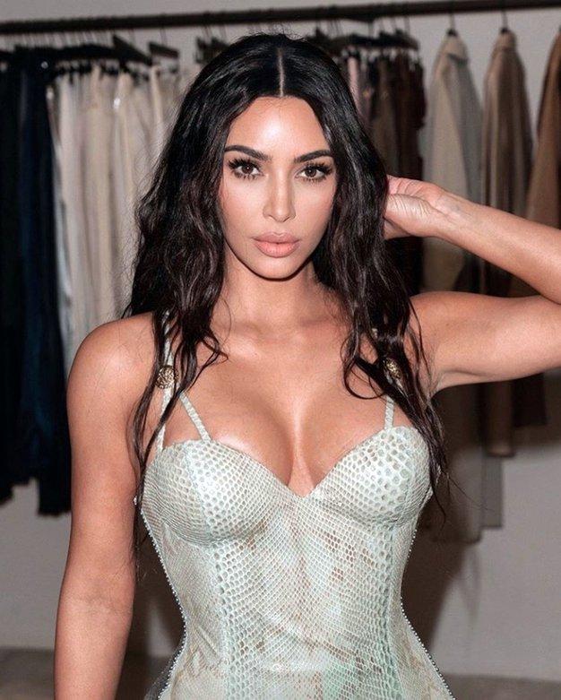 Kim Kardashian je blestela v čudoviti zlati obleki (kot nalašč za praznike) - Foto: Profimedia
