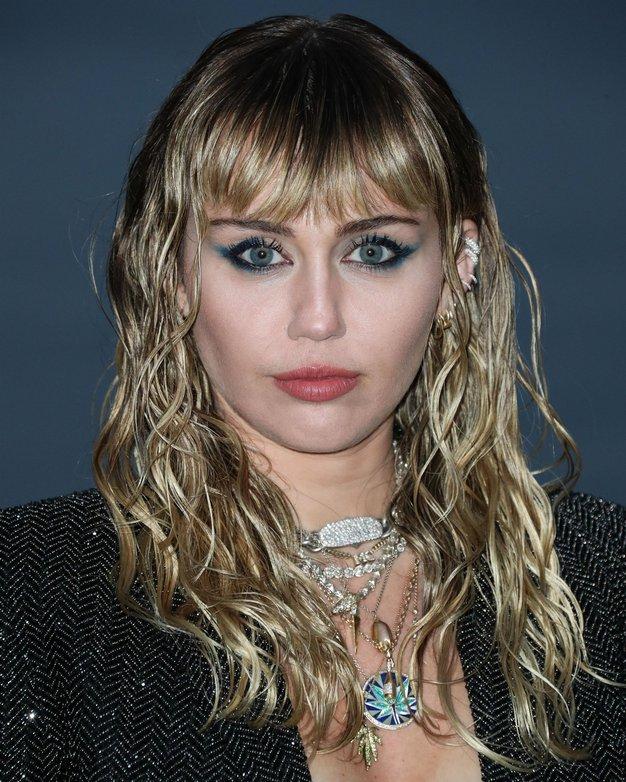 Miley Cyrus ima novo kratko pričesko, ki spominja na pričesko princese Diane - Foto: profimedia