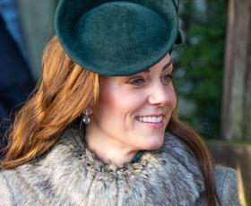 Kate Middleton na prvi letošnji kraljevi dolžnosti očarala v vijoličastem plašču