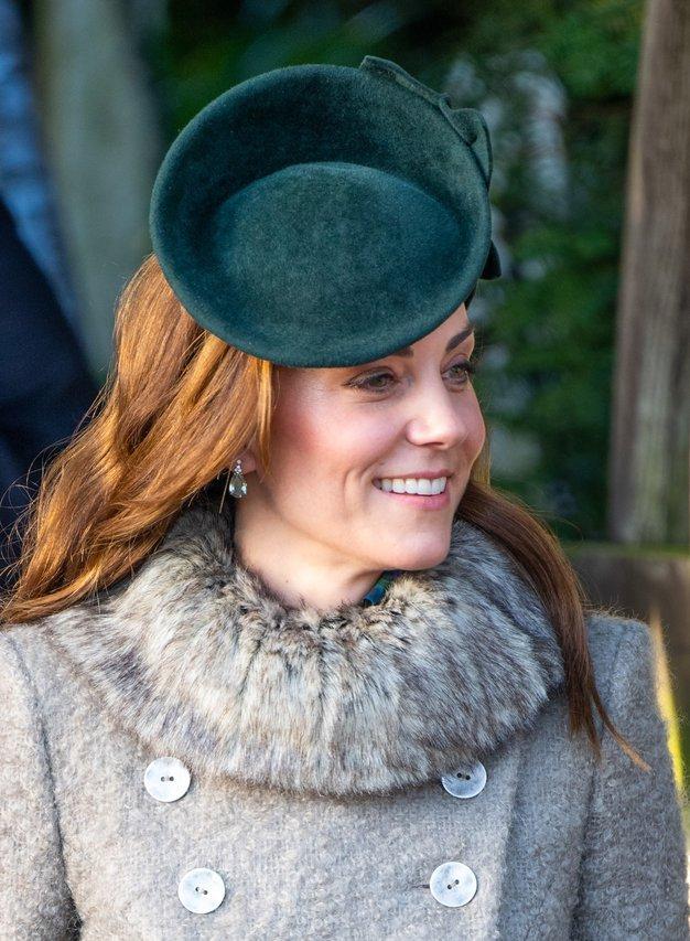 Kate Middleton na prvi letošnji kraljevi dolžnosti očarala v vijoličastem plašču - Foto: profimedia