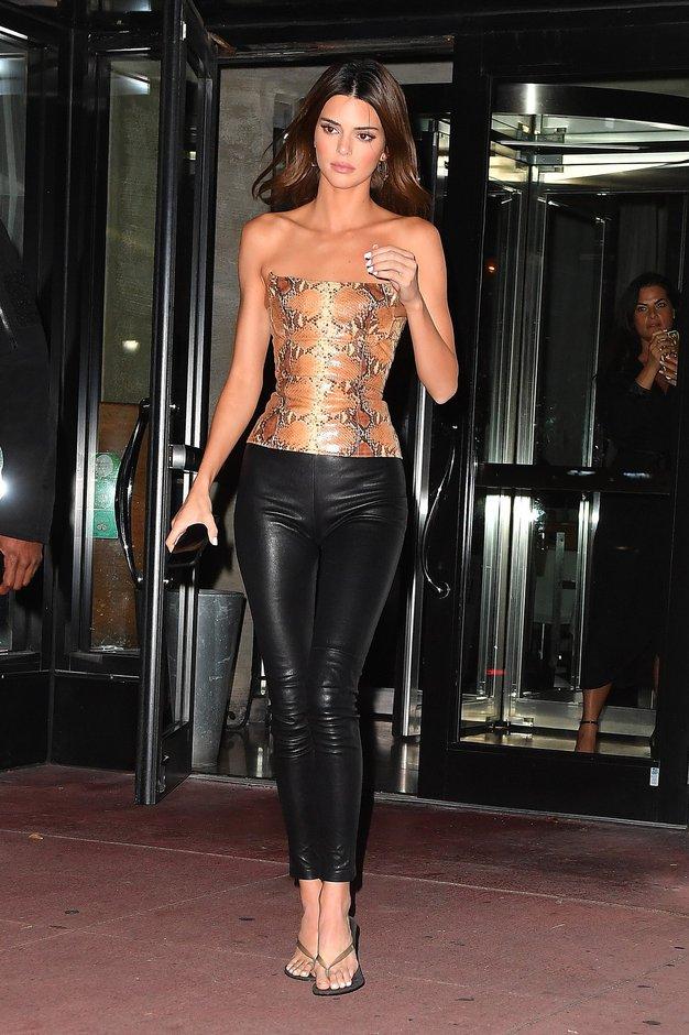 Kendall Jenner je izbrala najbolj modne kavbojke te sezone (ne govorimo o kroju) - Foto: profimedia