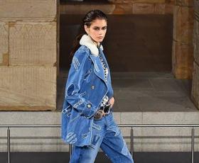 Tukaj je 8 najbolj modnih načinov, kako bomo odslej nosili džins