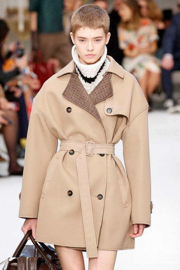 Ta enostaven modni trik smo videli na vsaki modni reviji v Milanu - Foto: Profimedia
