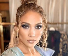 Jennifer Lopez je tokrat nosila povsem novo različico ikonične Versacejeve obleke s potiskom