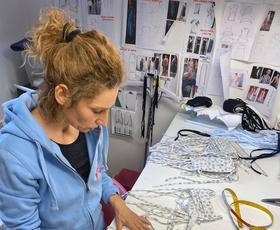Slovenske modne oblikovalke združile moči in se lotile šivanja zaščitnih mask