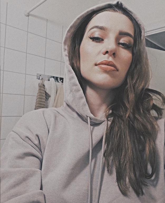 Poglejte, kaj med karanteno nosi Maja Keuc. Presenečeni boste! - Foto: Instagram @amayaofficial