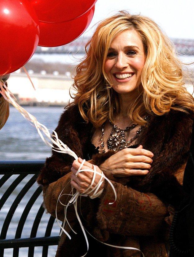 V fotogaleriji si oglejte nekaj najbolj ikoničnih stajlingov priljubljenega lika Carrie Bradshaw.