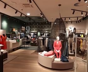 Svetovljanski šik: Comma v Aleji odprla trgovino, ki se ponaša z najnovejšim notranjim dizajnom