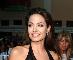 Angelina Jolie nas je navdušila v dolgi črni obleki