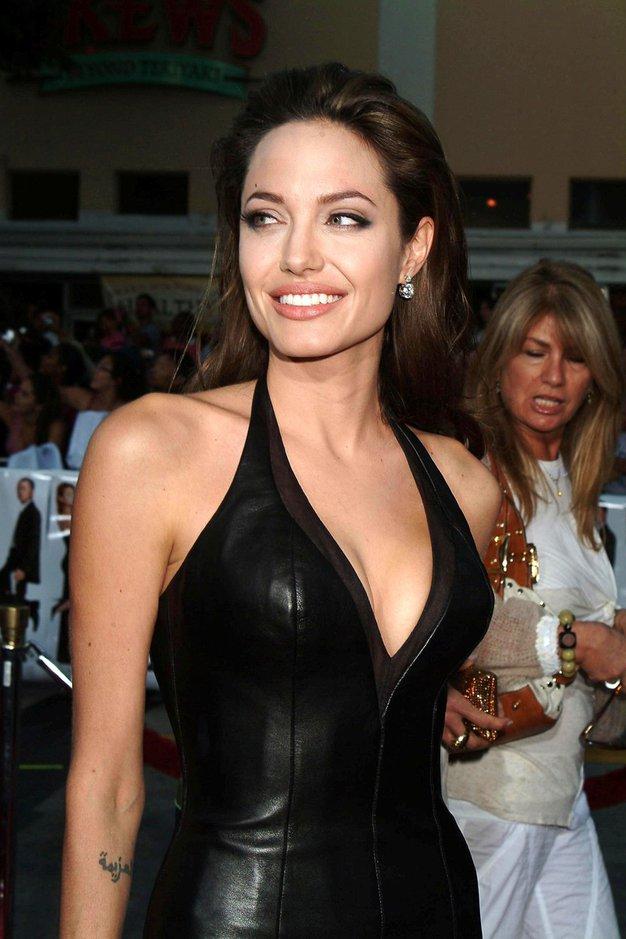 Angelina Jolie nas je navdušila v dolgi črni obleki - Foto: Profimedia