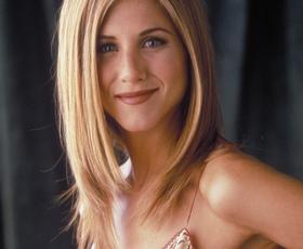 Našli smo ikonično majico, ki jo je v seriji Prijatelji nosila Jennifer Aniston