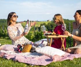 Se imate za ženstveno in strastno? To je vaša hit poletna pijača (+ recepti za božanske koktajle)