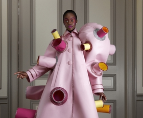 Modna hiša Viktor&Rolf navdušuje z novo kolekcijo Haute Couture s pridihom humorja