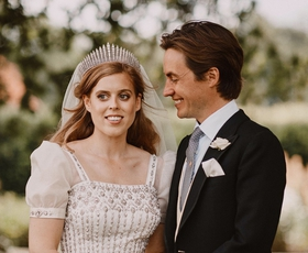 Princesa Beatrice se je poročila v čudoviti poročni obleki kraljice Elizabete