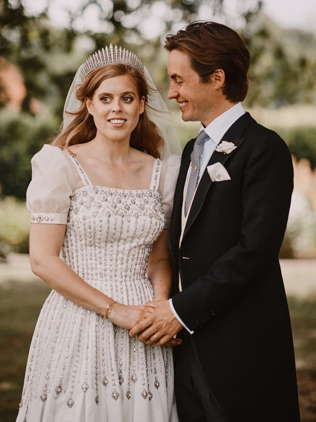 Oglejte si čudovite poročne obleke poroke princese Beatrice.