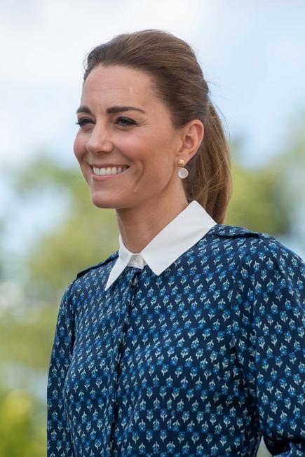 To je preprost detajl, s katerim Kate Middleton popestri večino svojih stajlingov - Foto: Profimedia