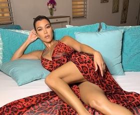 Kourtney Kardashian je na večerji nosila ta modni kos - videti je bila bolje kot kadarkoli prej!