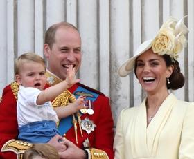 Našli smo še nikoli videno fotografijo princa Louisa - poglejte, kako velik je že