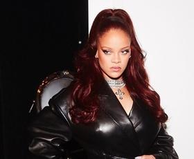 Rihanna osupnila v usnjeni obleki z drznim razporkom