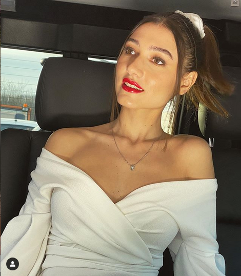 Zala Djuric to poletje prisega na rumeno barvo - Foto: Instagram