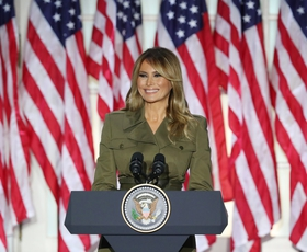 Melania Trump in Kaia Gerber v enakem stajlingu! Katera je videti bolje?
