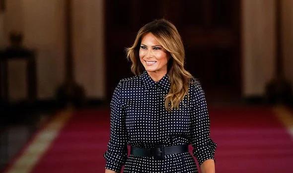 Melania Trump dan pred božičnim večerom nosila kar dva stajlinga. Videti je bila izjemno - Foto: Profimedia