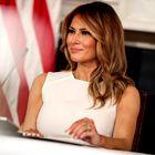 Melania Trump čudovita v belem in s salonarji v najbolj priljubljenem zimskem vzorcu