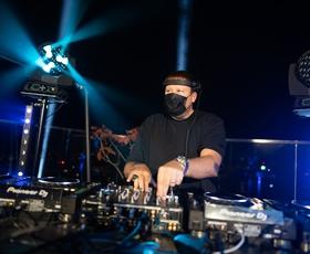 DJ UMEK nad Ljubljano pospremil prvi pojav Aurore