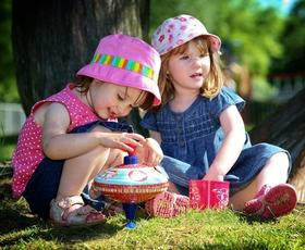 5 razvojnih stopenj sklepanja prijateljstev med otroki