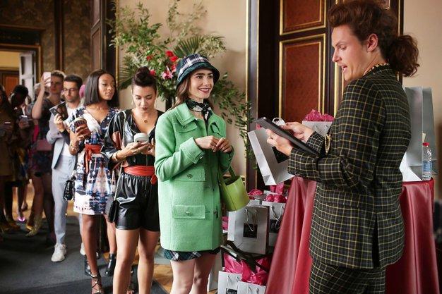Najlepši modni kosi, ki bi jih nosila Emily iz serije 'Emily in Paris' - po dostopnih cenah