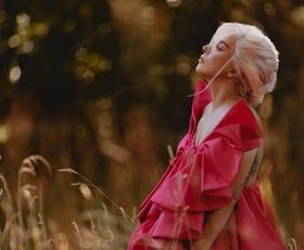 Lady Gaga pooseblja ta vonj, ki je himna pogumu, individualnosti in svobodi!