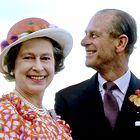 Kraljica Elizabeta II in princ Filip praznujeta 73. obletnico poroke - se spomnite njene poročne obleke?