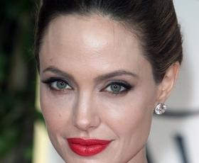 Zaljubili smo se v monokromatski stajling Angeline Jolie