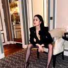 Lily Collins drzna v oprijeti črni obleki iz lateksa