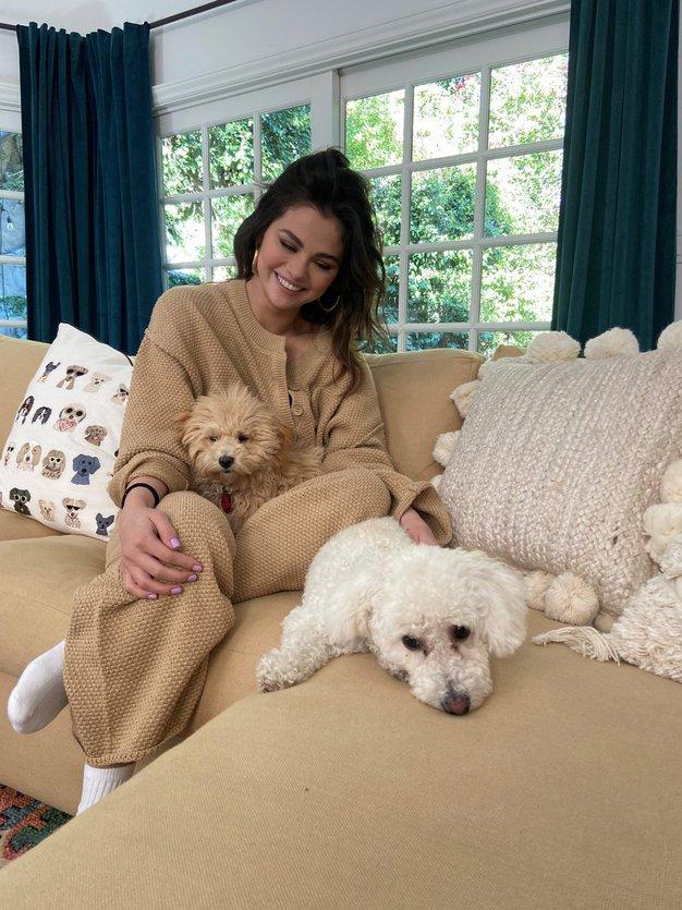 Teddy plašče bomo letos nosili kot Selena Gomez (+ kje jih kupiti) - Foto: Profimedia