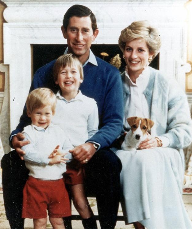 V fotogaleriji si oglejte božične voščilnice kraljeve družine skozi leta.