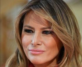 Melania Trump se je v Belo hišo vrnila v čudovitem karirastem plašču