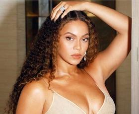 Beyoncé osupljiva v tem klasičnem vzorcu in visokih škornjih