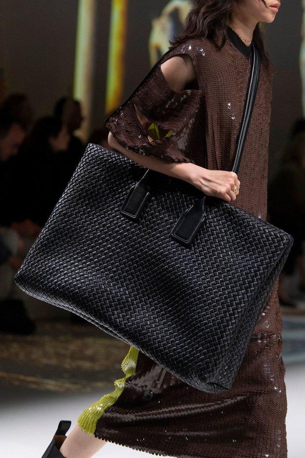 Pozabite na mini torbice, letos se vračajo torbe velikanke - Foto: Profimedia