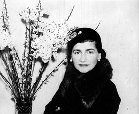 Ob 50. obletnici smrti Coco Chanel obujamo spomine na nastanek njenih ikoničnih čevljev
