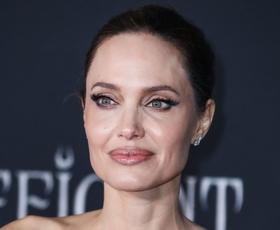 Angelina Jolie elegantna v brezčasni beli obleki