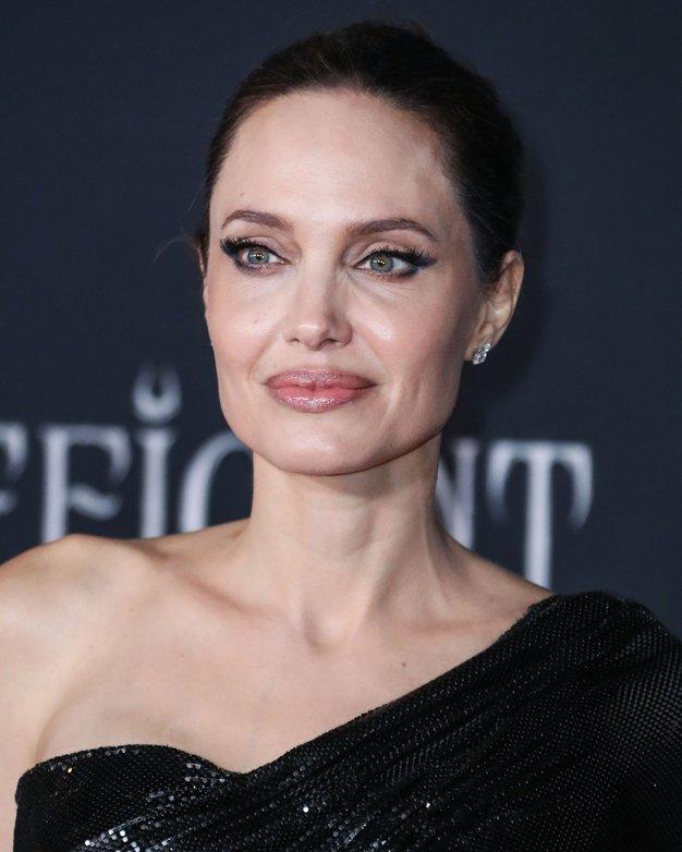 Angelina Jolie elegantna v brezčasni beli obleki - Foto: Profimedia
