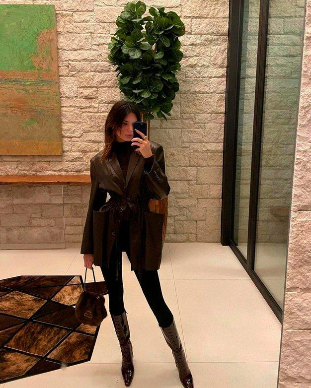 Kendall Jenner pokazala, kako modno kombinirati najbolj dolgočasne zimske barve - Foto: Profimedia